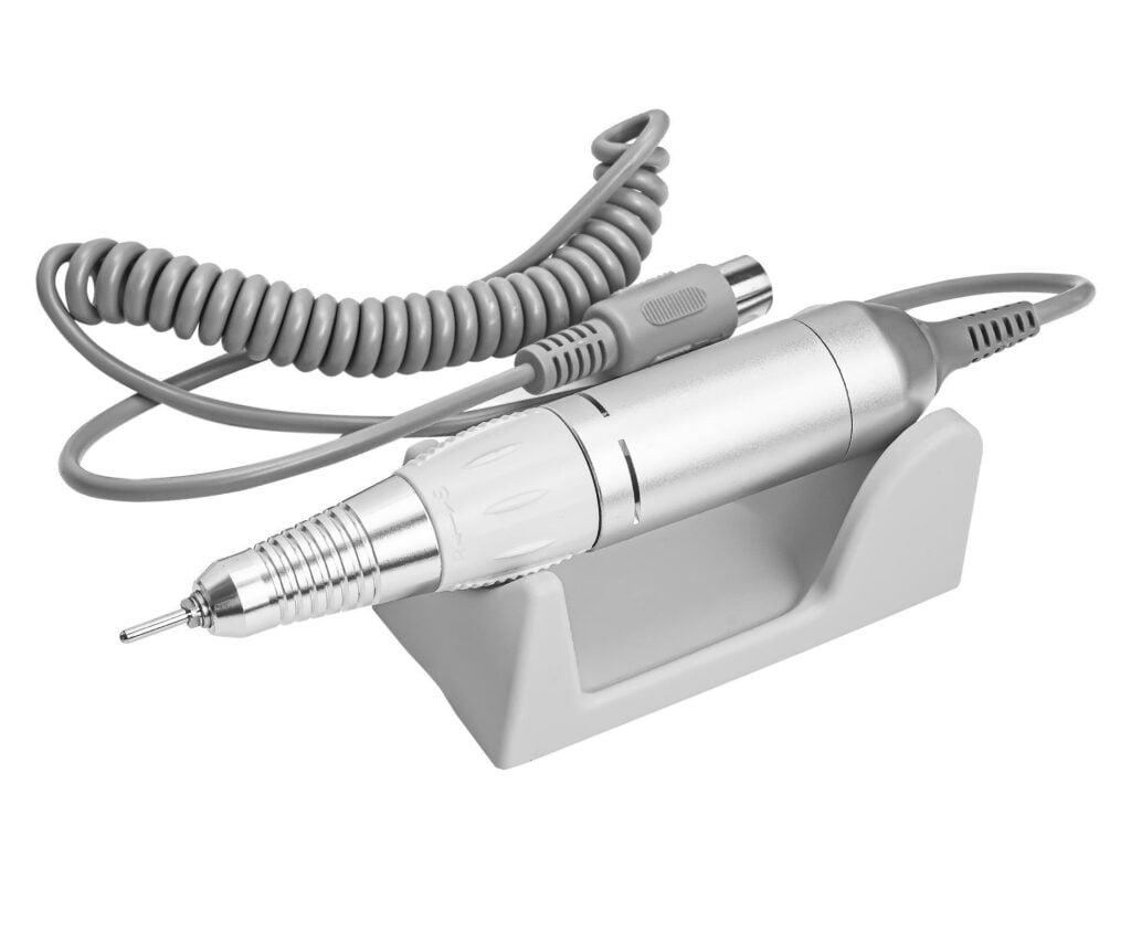 Wysokiej jakości rączka z Głowicą Twist-Lock Rączka nie wibruje i nie bije. Głowica Tiwst-Lock gwarantuje szybką i wygodną wymianę frezów bez konieczności używania kluczyków lub trzpieni. Rączka jest lekka i ergonomicznie zaprojektowana, dzięki czemu wygodnie leży w dłoni. Rączka doskonale leży w dłoni, dodatkowo nie wibruje, dzięki czemu zapobiega zmęczeniu po dłuższym użytkowaniu, w dużym stopniu wpływa to również na jakość wykonywanej pracy.